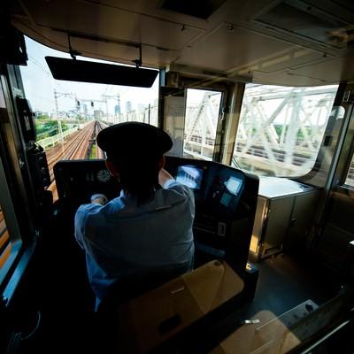 「電車を運転中の車掌」の写真素材