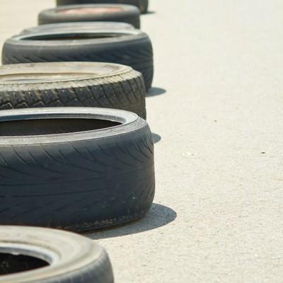 「放置されたタイヤ」の写真素材