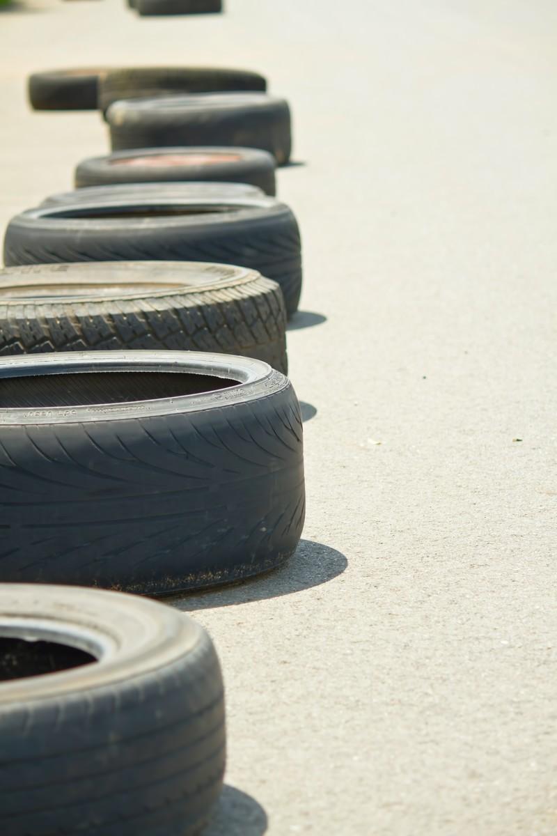 「放置されたタイヤ」の写真