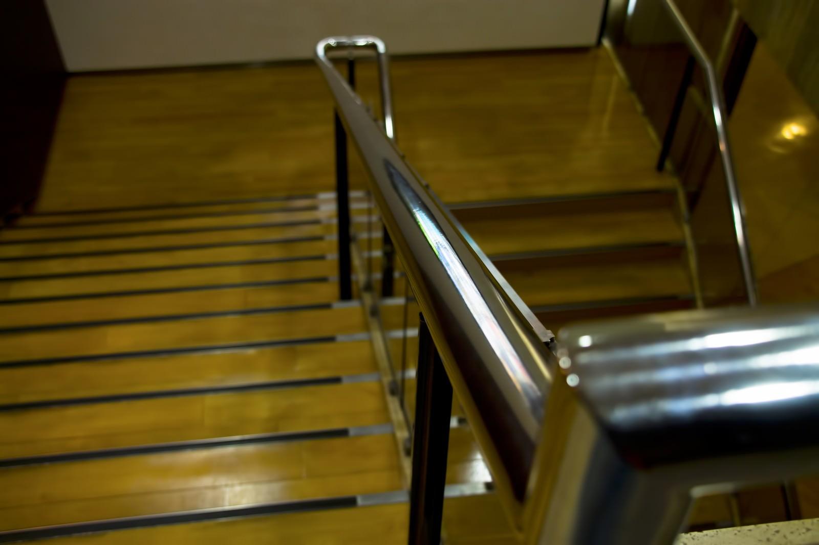 「百貨店の下り階段」の写真