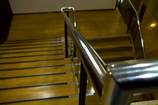 百貨店の下り階段の写真
