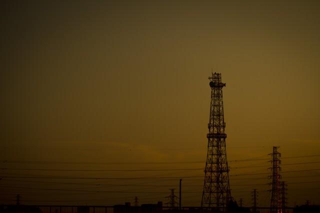 夕方の鉄塔と送電線の写真