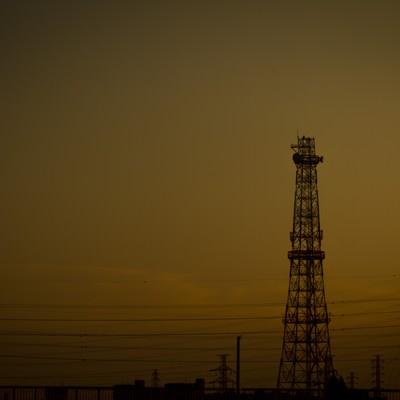 「夕方の鉄塔と送電線」の写真素材