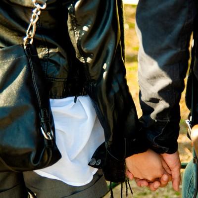 「手を握りあう恋人」の写真素材