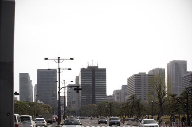 皇居の公道と街並みの写真