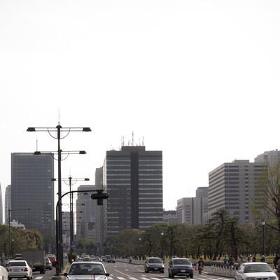 「皇居の公道と街並み」の写真素材