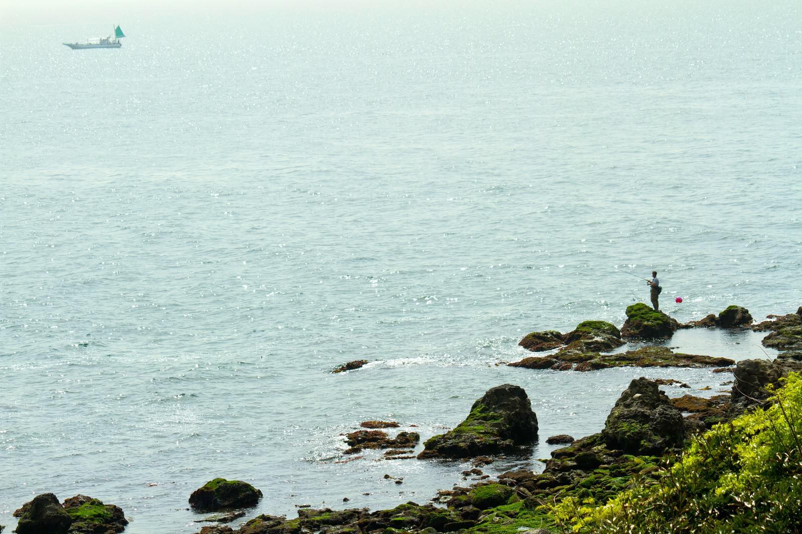 「岩場の釣り人」の写真