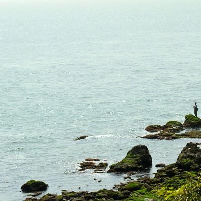 「岩場の釣り人」の写真素材