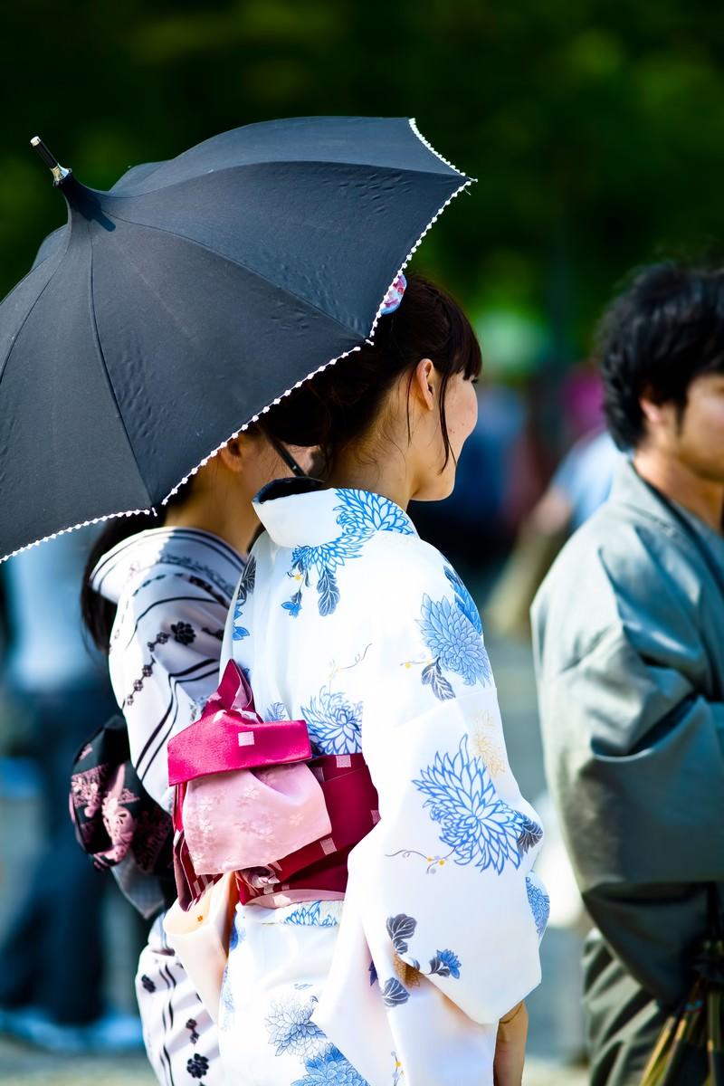 「日傘をさす浴衣の女性」の写真