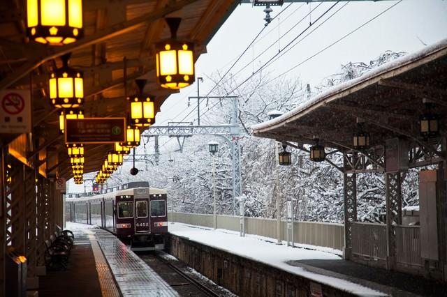 雪の中を通過する電車の写真