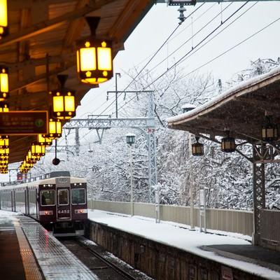 「雪の中を通過する電車」の写真素材