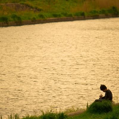 「夕暮れの河川敷」の写真素材