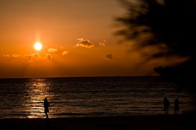 夕焼けの浜辺の写真