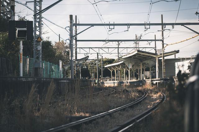 鶴見線の線路とホームの写真