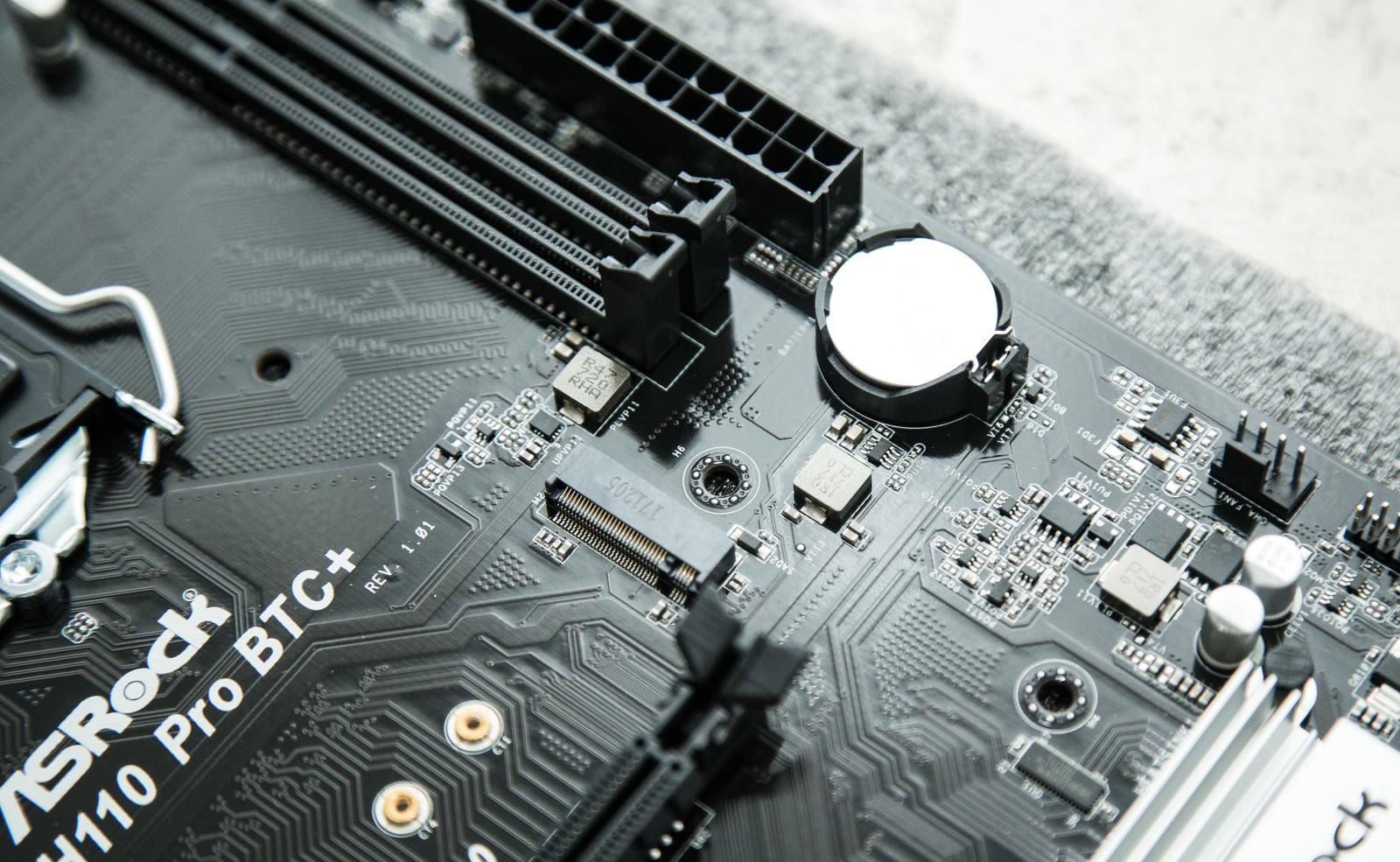 「マザーボードのコイン型電池(CMOS電池)マザーボードのコイン型電池(CMOS電池)」のフリー写真素材を拡大