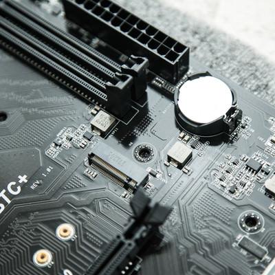 「マザーボードのコイン型電池(CMOS電池)」の写真素材