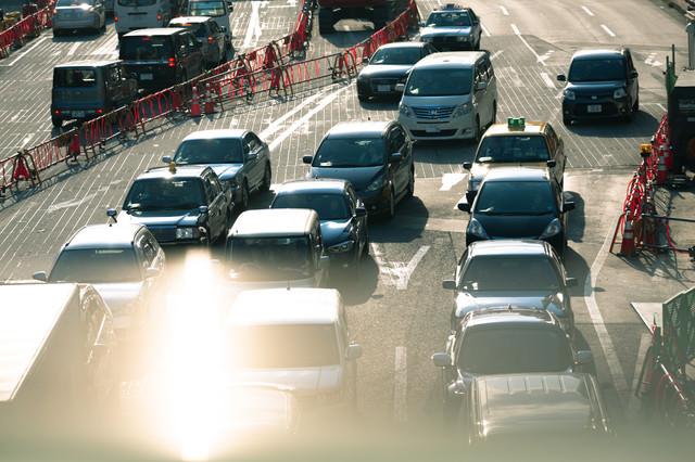 工事中の新横浜前と渋滞する車の写真