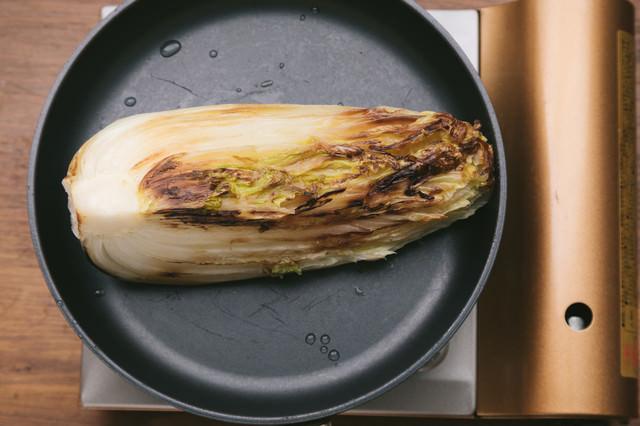 フライパンに白菜を乗せるの写真