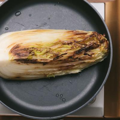 「フライパンに白菜を乗せる」の写真素材