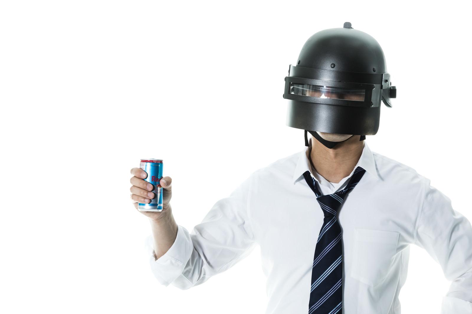 「無人島でエナジードリンクを飲むプレイヤー(白バック)」の写真[モデル:大川竜弥]