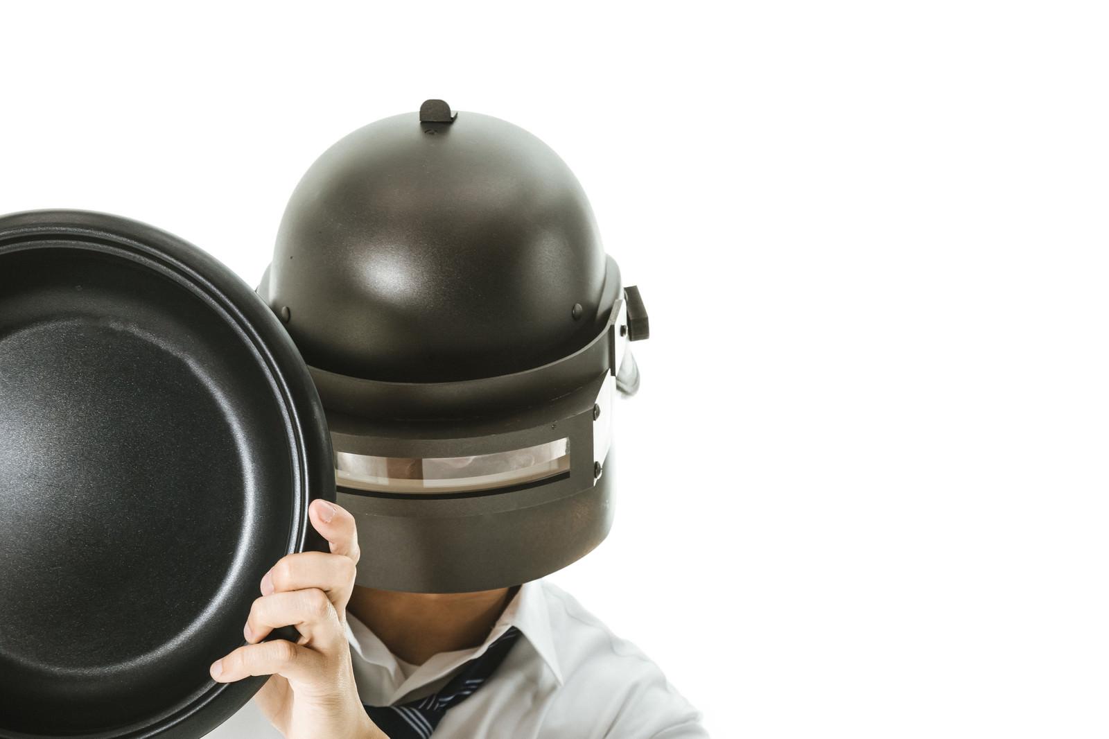 「フライパンで勝ドンを作る溶接工 | 写真の無料素材・フリー素材 - ぱくたそ」の写真[モデル:大川竜弥]