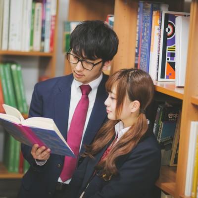 「図書室でデートをする倹約家カップル」の写真素材