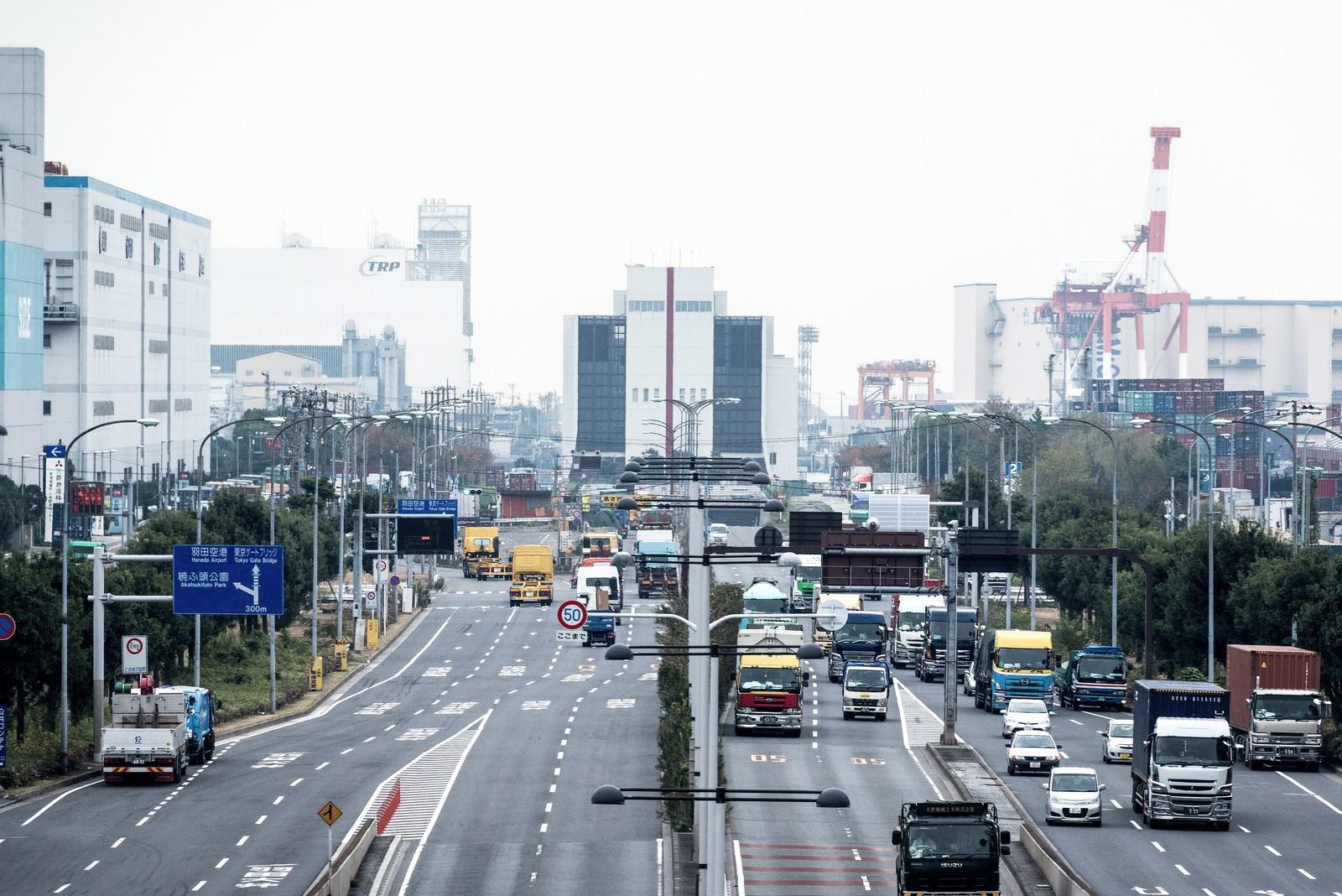 「大型車が往来する幹線道路」の写真