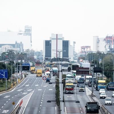 大型車が往来する幹線道路の写真