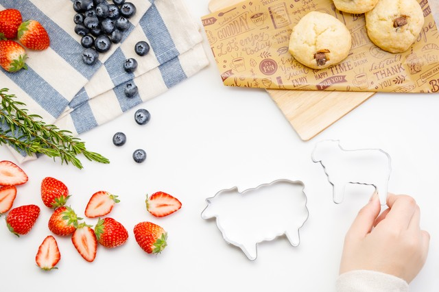 フルーツとお菓子作りの写真
