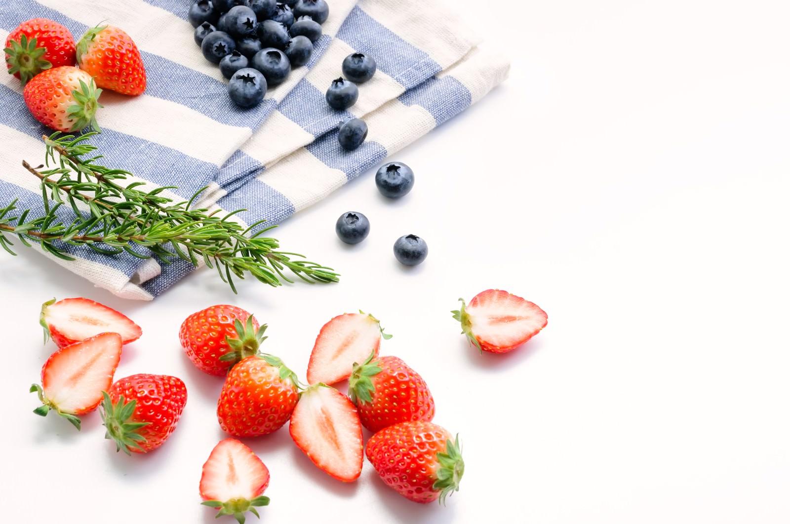 「みずみずしいイチゴとブルーベリーみずみずしいイチゴとブルーベリー」のフリー写真素材を拡大