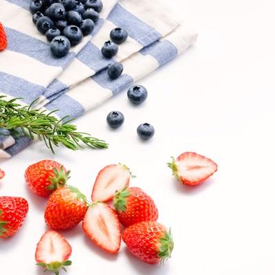 「みずみずしいイチゴとブルーベリー」の写真素材