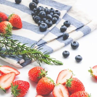 「イチゴとブルーベリーの果物」の写真素材
