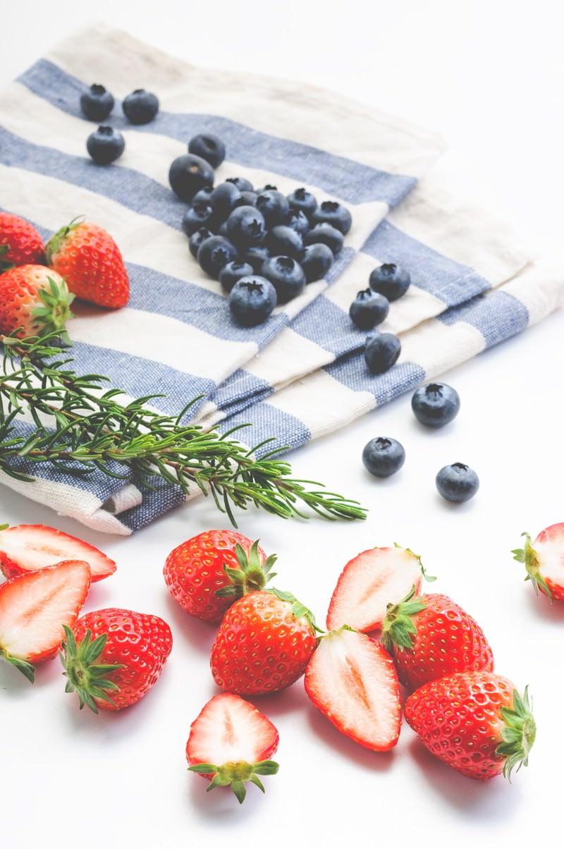 「イチゴとブルーベリーの果物」の写真