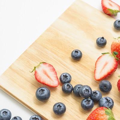 「イチゴとブルーベリー」の写真素材