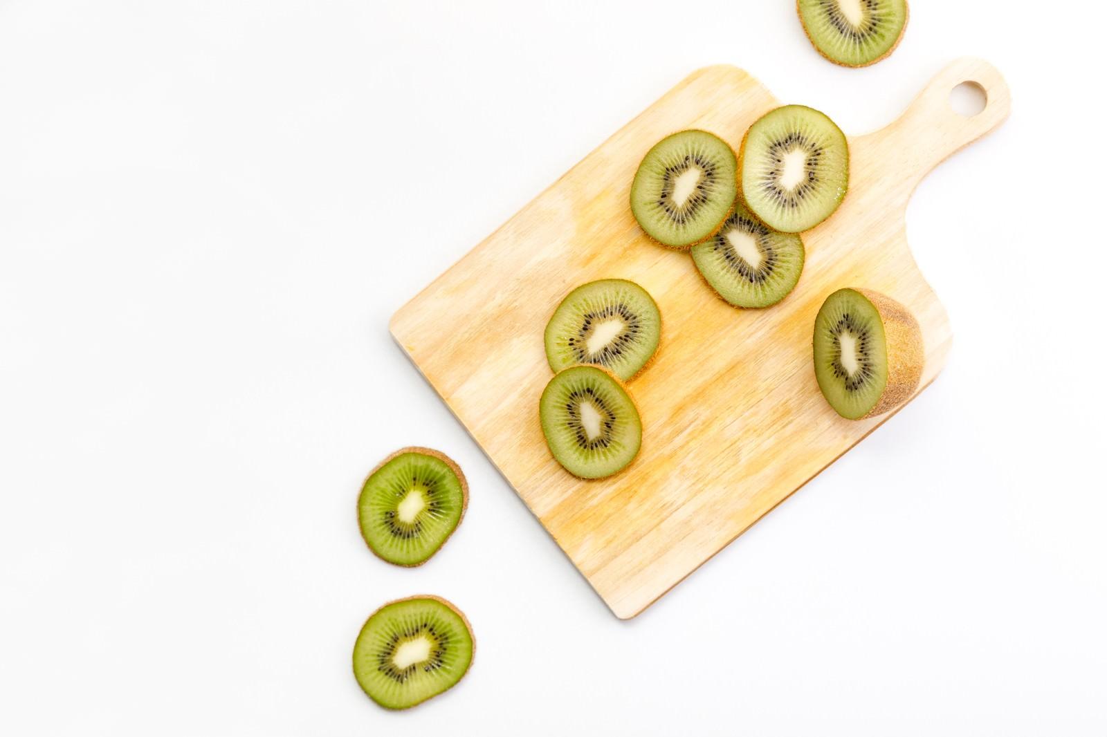 「カットされたキウイフルーツカットされたキウイフルーツ」のフリー写真素材を拡大