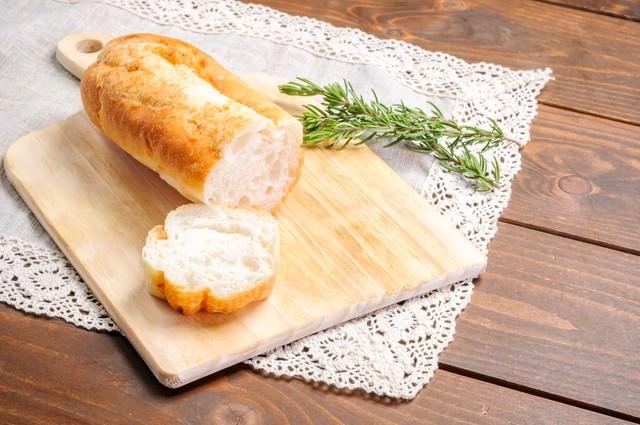 カットされたフランスパンの写真