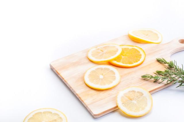 おしゃれなカットレモンの写真
