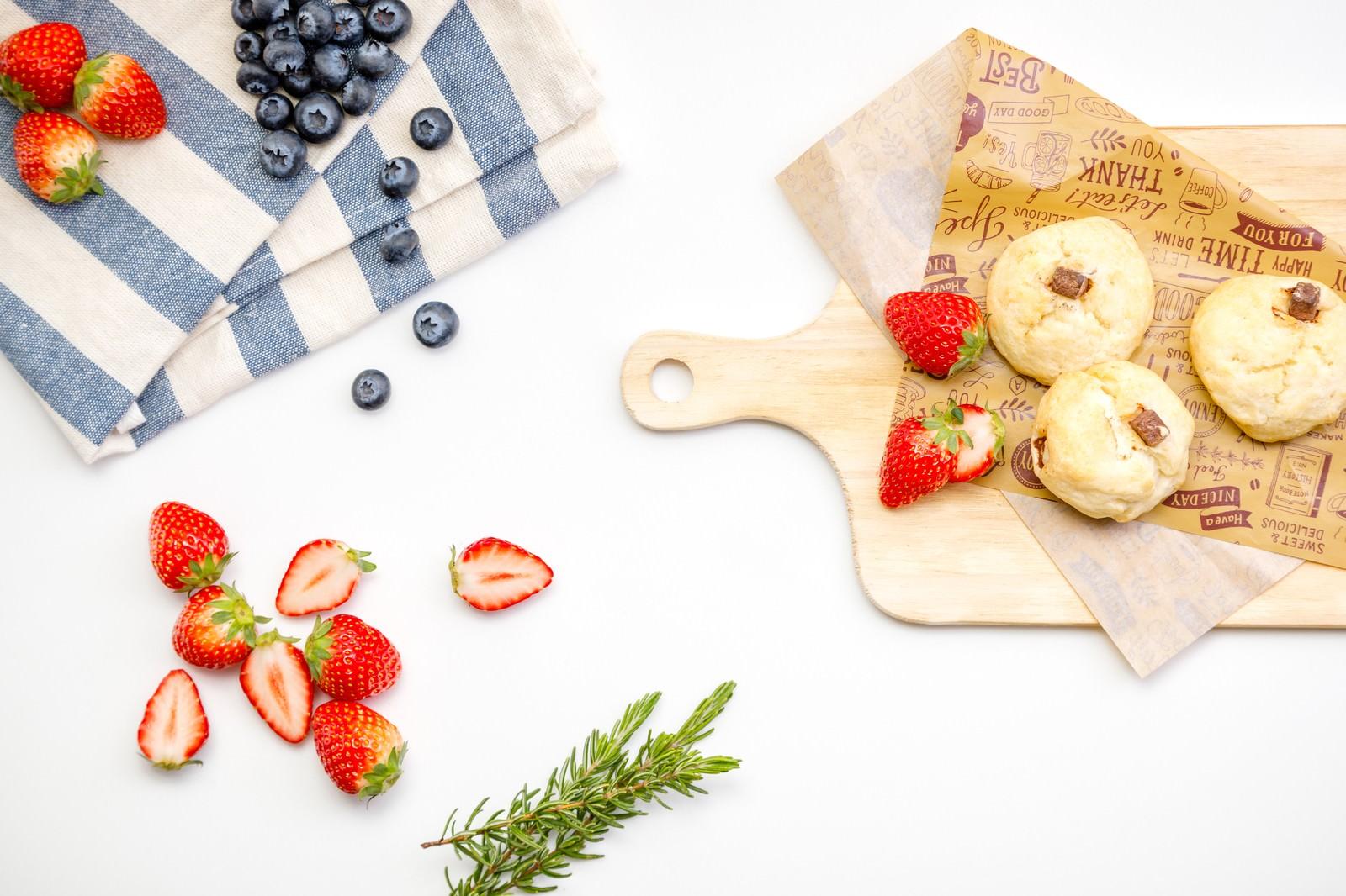 「スコーンとフルーツ(ブルーベリーと苺)スコーンとフルーツ(ブルーベリーと苺)」のフリー写真素材を拡大