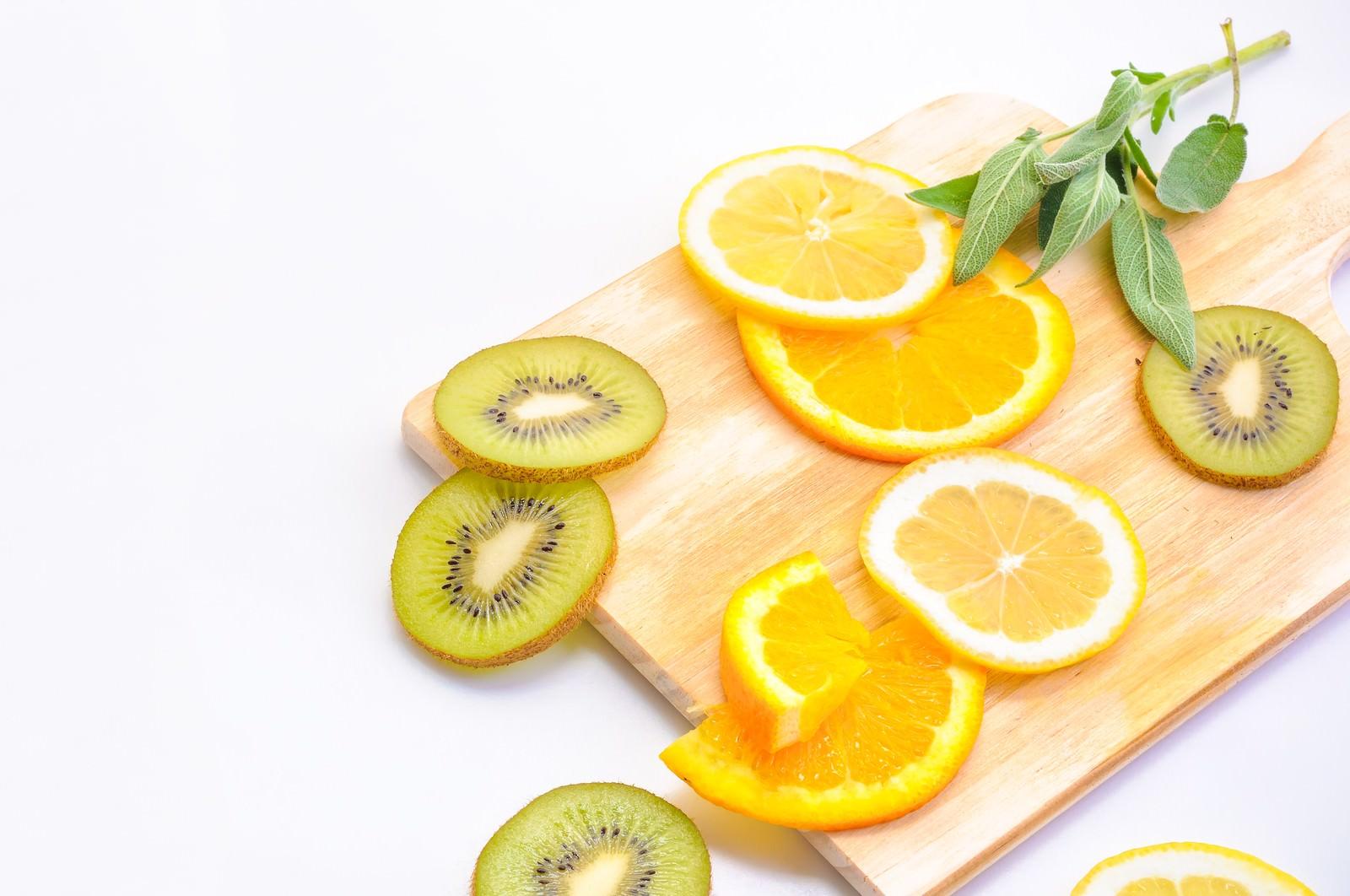 「レモンとキウイフルーツのカット」の写真