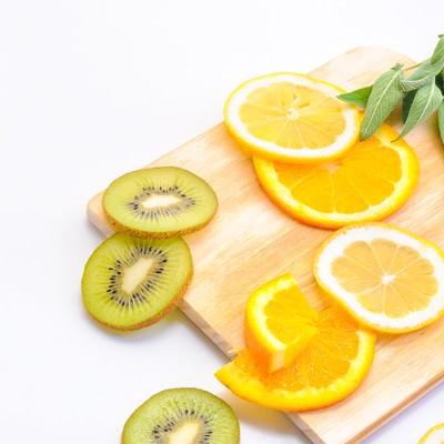 「レモンとキウイフルーツのカット」の写真素材