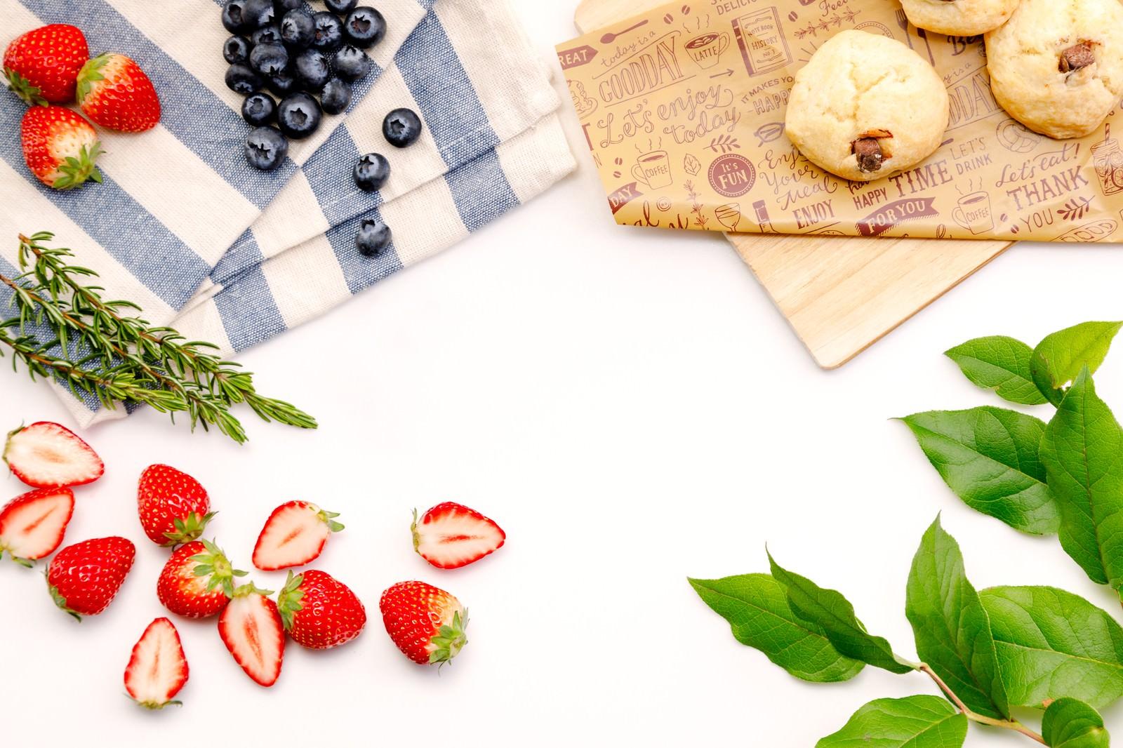 「苺とブルーベリーとスコーン」の写真