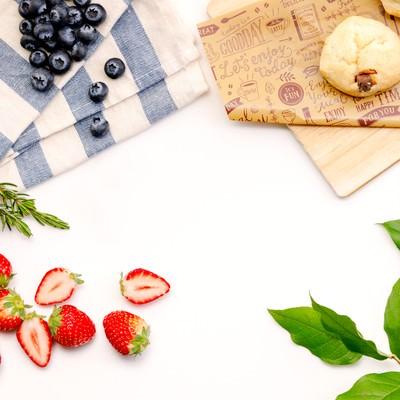 「苺とブルーベリーとスコーン」の写真素材