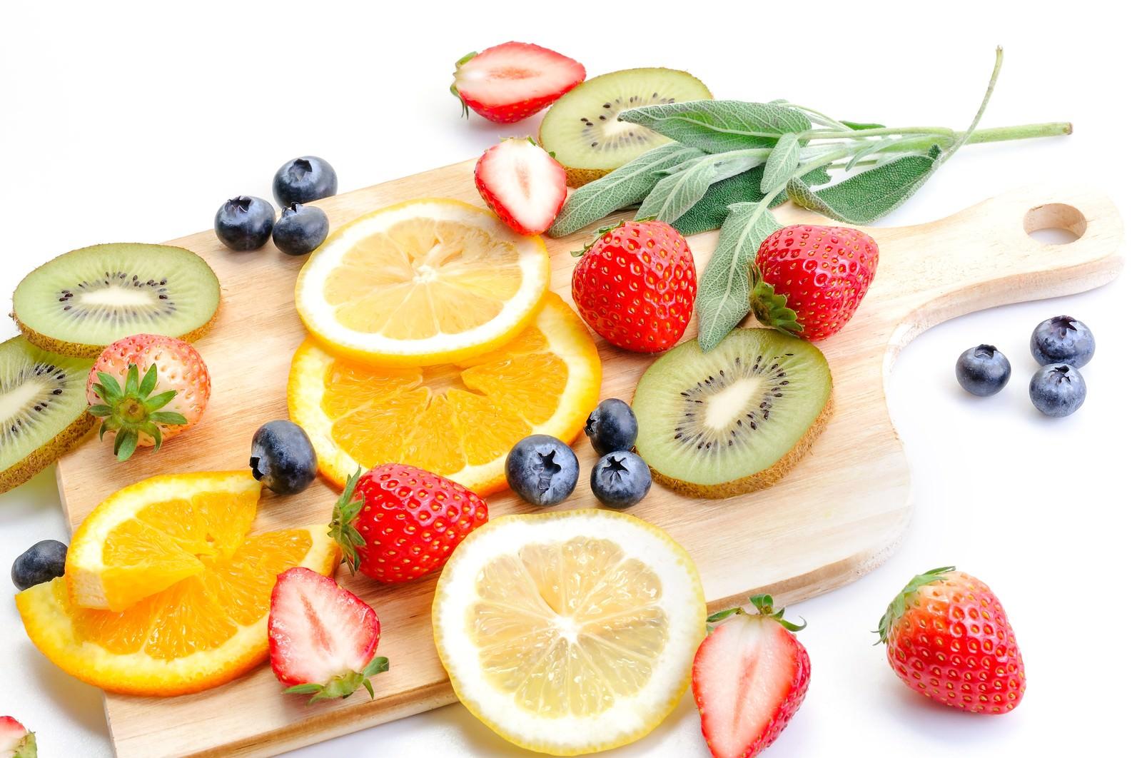 「苺やレモンにキウイなどカットした果物てんこ盛り苺やレモンにキウイなどカットした果物てんこ盛り」のフリー写真素材を拡大