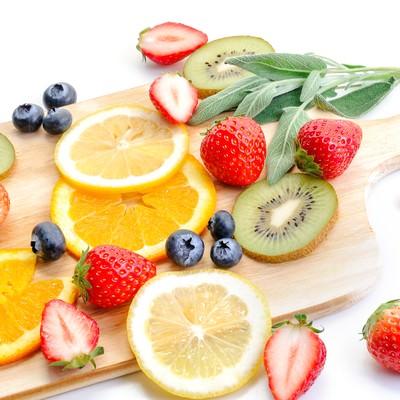 「苺やレモンにキウイなどカットした果物てんこ盛り」の写真素材