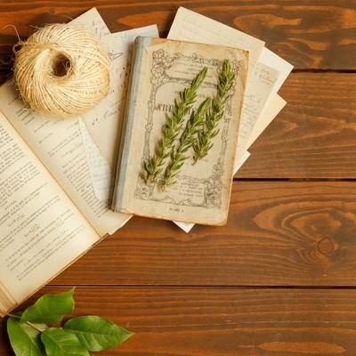 「古い本とアンティークデスク」の写真素材