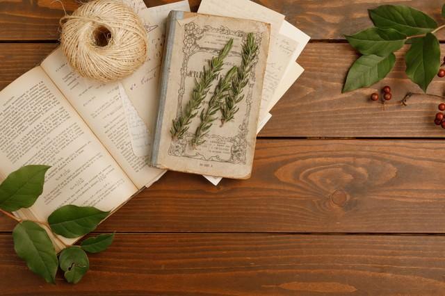古い本とガーデニンググッズの写真