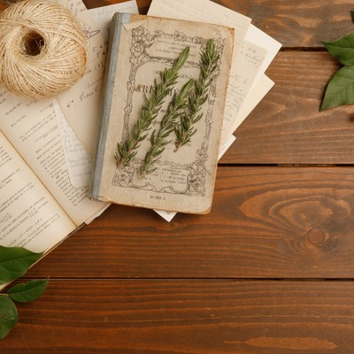 「古い本とガーデニンググッズ」の写真素材