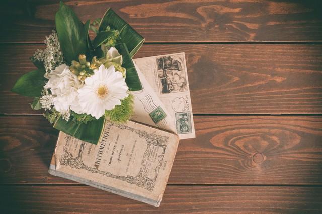 小さな花束と古い葉書の写真