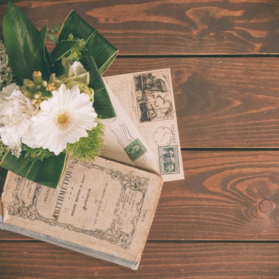 「小さな花束と古い葉書」の写真素材