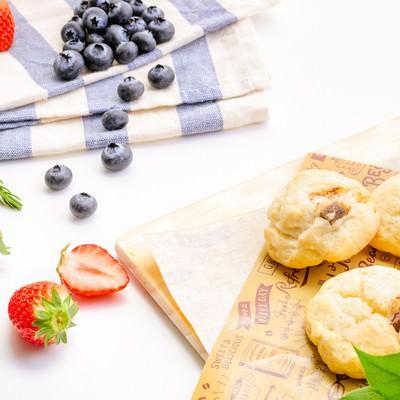 「朝食は美味しいフルーツ(苺とブルーベリー)」の写真素材
